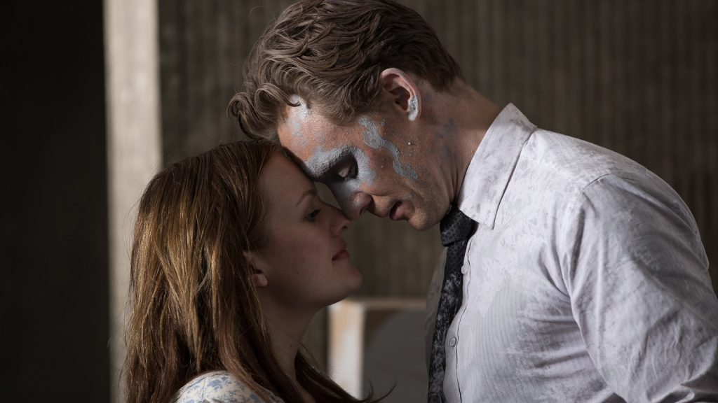 Elisabeth Moss y Tom Hiddleston en High-Rise