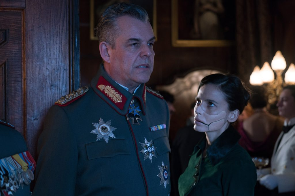 Danny Huston y Elena Anaya en Wonder Woman